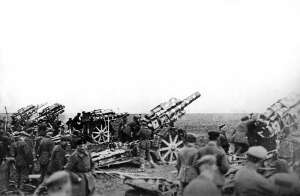 German 21cm long mortar howitzer guns, designed by Krupp, in action on the battlefield during the First World War. Date: 1916-1918