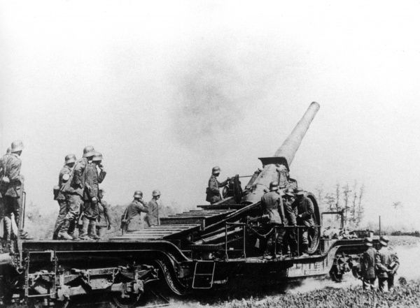 German gunners with a 38cm rapid firing railway-mounted gun, in action during the First World War. Date: 1914-1918