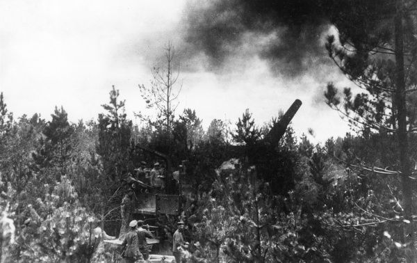 A German heavy gun firing in Le Cateau Wood, northern France, during the First World War. Date: 1914-1918