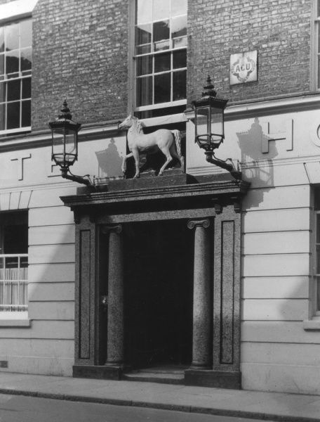 The entrance and the famous sign of the 'Great White Horse Inn' at Ipswich, Suffolk, England, associated with the Dickens character Mr Pickwick. Date: 1930s