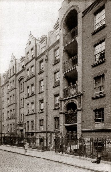 Guinness Lodging Houses, Lever Street, London. The building was erected in 1890 by the Guinness Trust to provide cheap housing for working men. Date: Date unknown