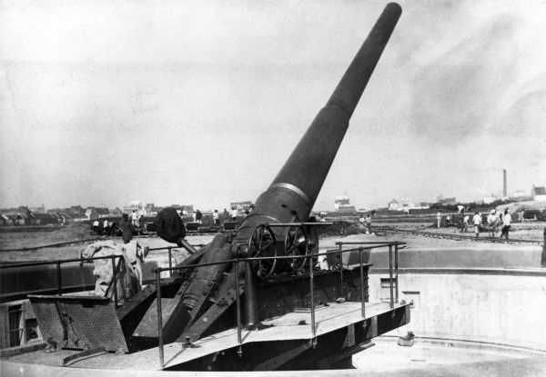 A gun of the German Tirpitz Battery in elevated firing position at Ostend, Belgium, during the First World War. Work on the construction of the Battery can be seen in progress in the background. Date: 1914-1918