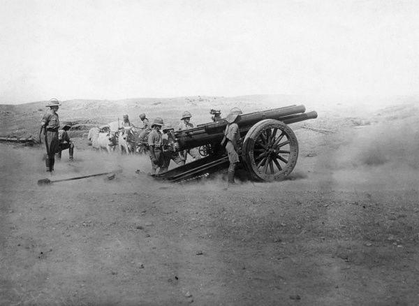 Heavy artillery in action in the desert during the First World War. Date: 1914-1918