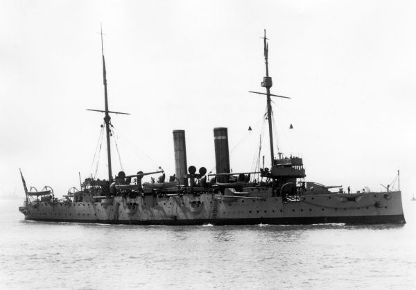HMS Endymion, an Edgar-class cruiser, at sea during the First World War. Launched in 1891, took part in the Boxer Rebellion and the First World War during the Gallipoli campaign. Date: 1914-1918