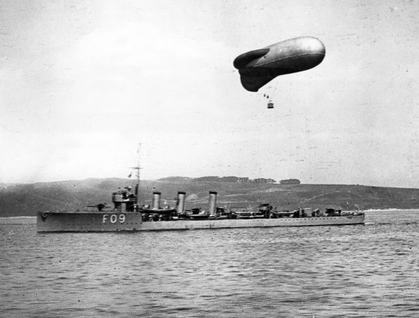 HMS Onslow, British M-class destroyer, launched 1916, served during the latter part of the First World War, including the Battle of Jutland, decommissioned 1921. Seen here with a kite balloon floating above. Date: circa 1916-1918