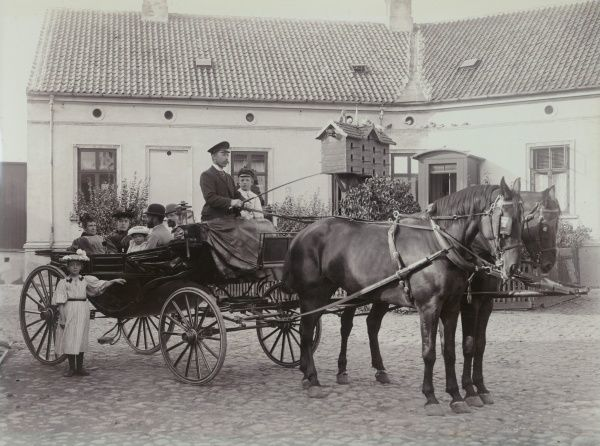 Mr Abrahamsson, the wholesale dealer, and his family are taking their horse trailer for a outing. Landskrona, 1910 Date: 1910
