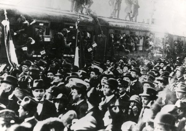 Italian Bersaglieri (light infantry) troops boarding a train for the front during the First World War, with crowds of civilians there to say goodbye. Date: 1915