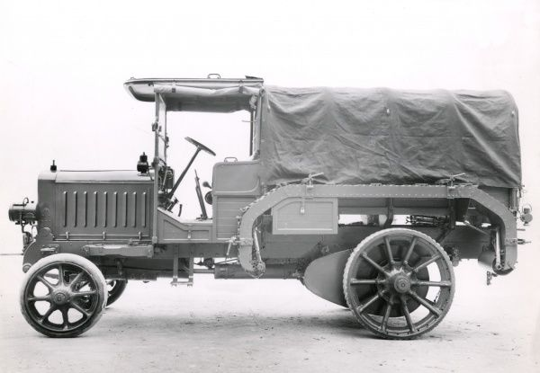 An Italian Fiat 20B prime mover lorry in use during the First World War for the transport of heavy artillery. Date: 1915-1920