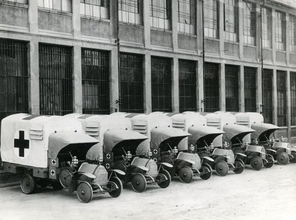 Italian Red Cross ambulances (model Fiat 15 Ter), standing in a row ready for action during the First World War. Date: 1915