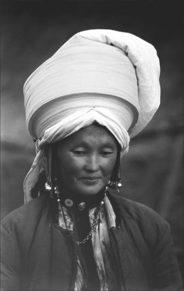 Indigenous Uyghur woman of Kashgar with a remarkable headdress. A wonderful photographic portrait by Ralph Ponsonby Watts