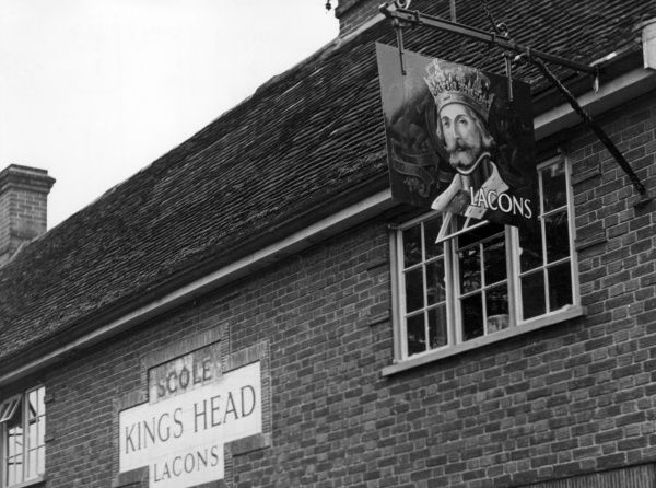 The well-painted inn sign of the 'King's Head' public house at Scole, Norfolk, England. Date: 1950s