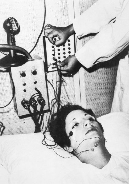 A subject in Krippner's DREAM TELEPATHY EXPERIMENT at the Maimonides Laboratory, Brooklyn (New York) : EEG and polygraph record her brain and emotional activity