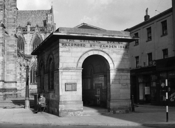 A Georgian building containing the 'The Original Spring Recorded by Camden, 1588', Leamington Spa, Warwickshire, England. Date: 1950s