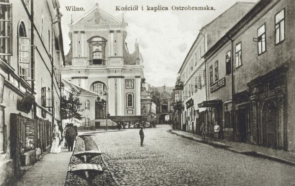Lithuania - Vilnius (Wilno) - view toward the Church of St Theresa and the Gate of Dawn (Ausros Vartai or Ostra Brama) - built between 1503 and 1522 as a part of defensive fortifications for the city. Date: circa 1910s