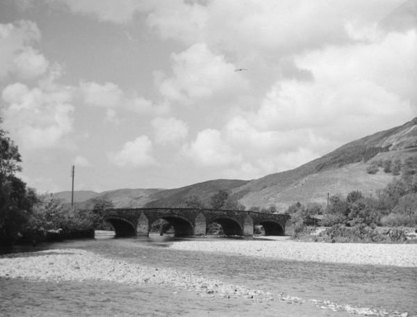 The four-arch span of the Llanelltydd Bridge over the River Mawddach, near Dolgelly, Merionethshire, Wales Date: 1920s