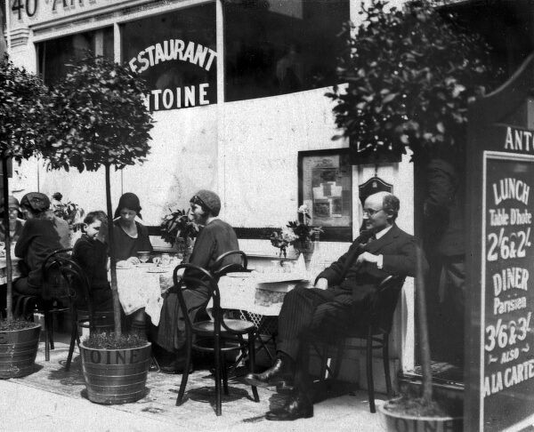 Well-to-do customers dining on the street outside Antoine's Restaurant, 40 Charlotte Street, Soho, London. Date: early 1930s