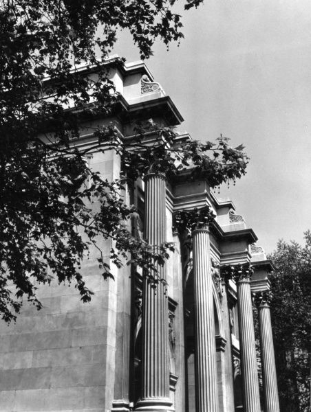A close-up of the fine Neo Classical Corinthian capitals and fluted columns of Marble Arch, designed by John Nash in 1828. Date: 1828