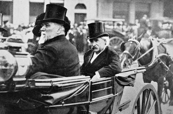 Mark Twain, US novelist (1835-1910) in a carriage with the British politician, Mr. Henniker-Heaton, during a visit to London in 1907