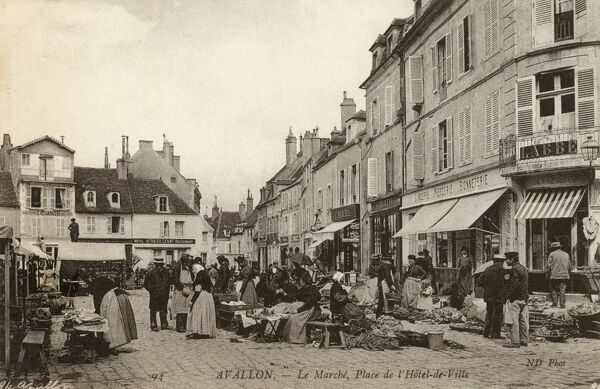 The Market on the Town Hall Square (Place de l'Hotel de Ville) at Avallon in the Yonne department in Burgundy, France. Date: circa 1908
