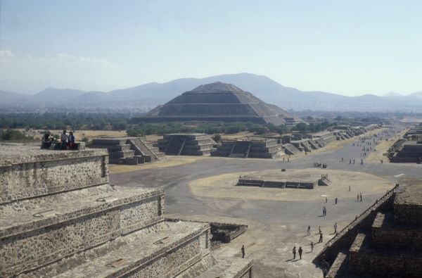 The PYRAMID OF THE SUN of TEOTIHUACAN, the largest stone pyramid of the Precolumbian period, built in 150 BC. The site shows remains of Zapotec, Mixtec and Maya origins. Date: 1982