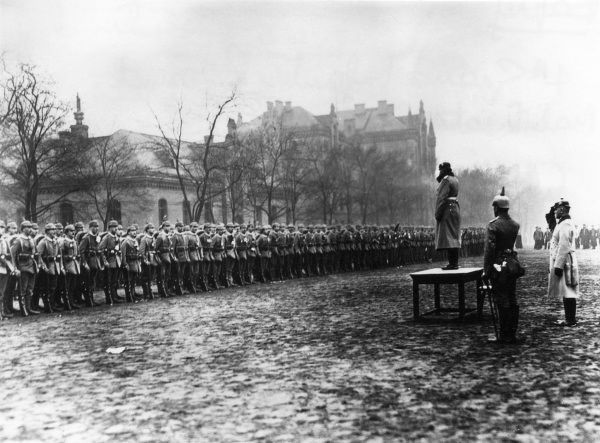 Scene at the mobilisation of the German 4th Grand Infantry Regiment in Berlin, at the beginning of the First World War. Standing on the dais is Major von Stuelpnagel. Date: circa 1914-1915