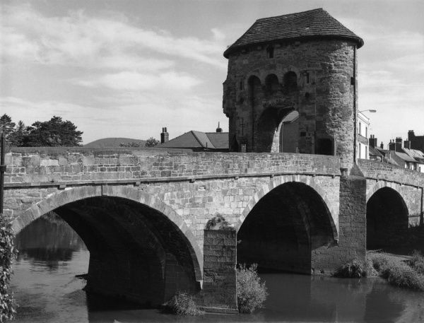 Monnow Bridge and Gate, Monmouth, Monmouthshire, Wales. Built across the River Wye, circa 1270, a rare survival of a bridge with a defensive gateway. Date: 13th century