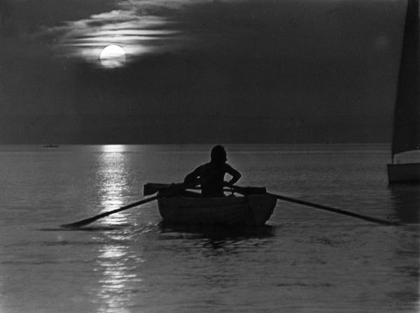 A man takes a mysterious rowing trip by moonlight... Date: 1930s
