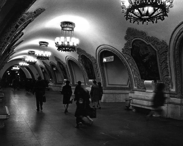 The Rococo style interior, with ornate, grandiose light fittngs and wall mirrors, of a Moscow underground railway station, Russia. Date: late 1960s