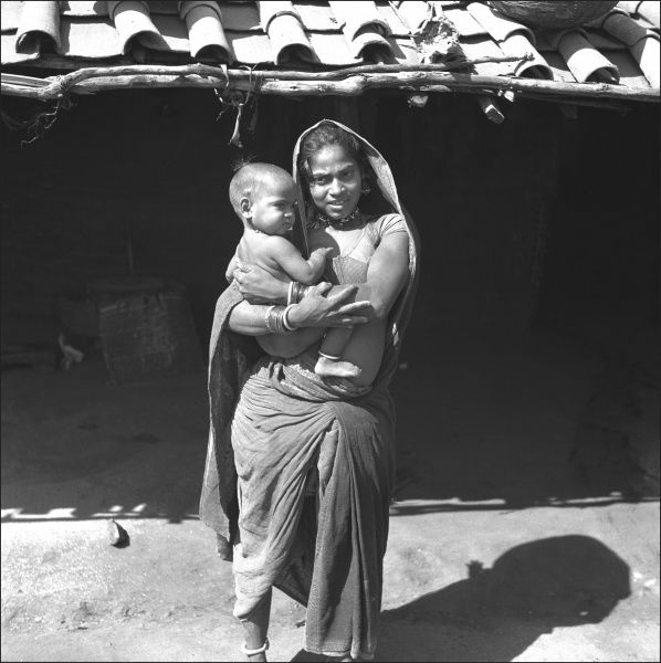 A mother and her baby in Mandu, Madhya Pradesh Province, Central India. Photograph by Ralph Ponsonby Watts
