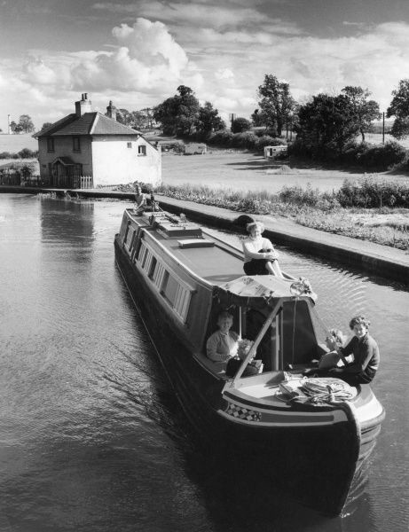 Carefree holidays afloat : The converted narrow boat 'Nancy'. photographed soon after leaving Watford lock on the Grand Union Canal, Northamptonshire, England. Date: 1960s