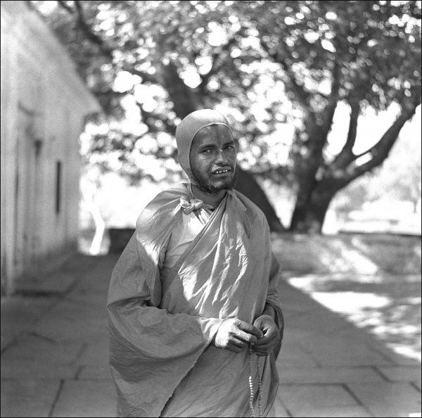 A native man, possibly a monk, in an unidentified location in India. Photograph by Ralph Ponsonby Watts
