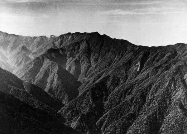 10,000 foot peaks which lie between the Markham and Wagi Valleys, commonplace terrain of New Guinea. Date: 1940s