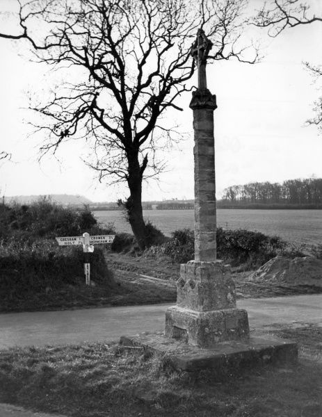 The old Pilgrim's Cross on Palmer's Way, near Aylmerton, Norfolk, England. Date: 1950s