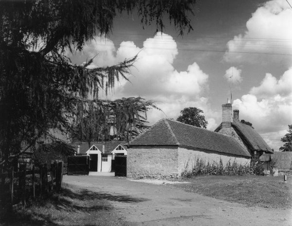 The entrance to a farm at Wicken, a village in the extreme south of the county of Northamptonshire, England. Date: 1960s