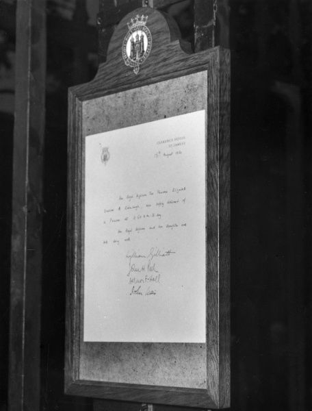 Notice outside Clarence House announcing the birth of Princess Anne on 15th August 1950. Date: 1950