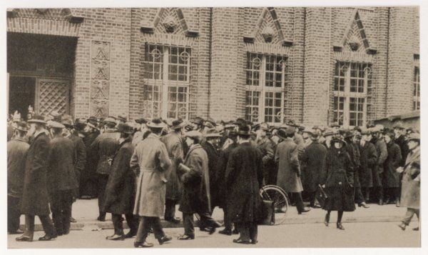 Opening of the Rentenbank in Oranien Street, Berlin. The crowd wait for the issue of the new currency, the Rentenmark, aimed at stemming hyper inflation