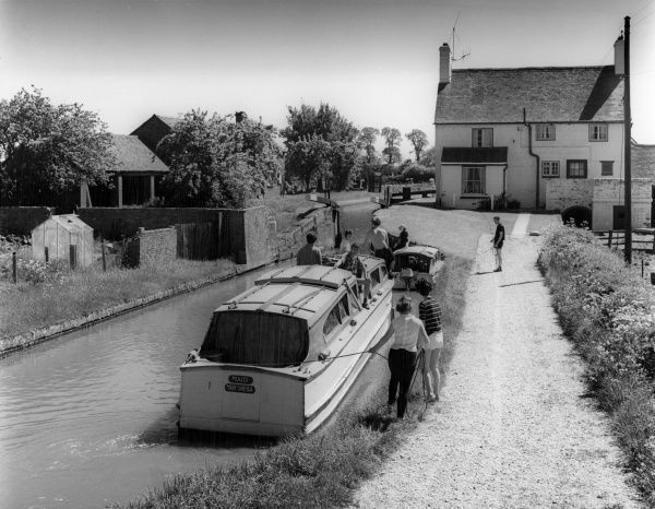 Holidays afloat! The 'Maid Mary Sheila' boat, with its crew of happy holidaymakers, at a lock on the Oxford Canal, Napton, Warwickshire. Date: early 1960s