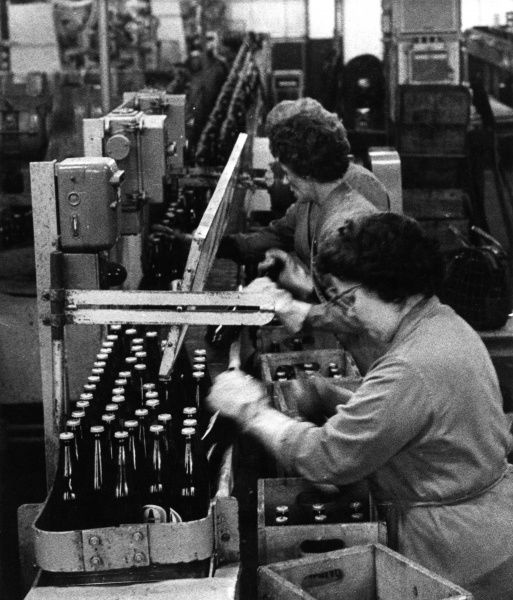 Women packing bottles of beer in an East London brewery. Date: 1965