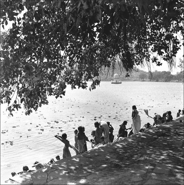 A group of people on a riverbank in an unidentified location in India. Photograph by Ralph Ponsonby Watts