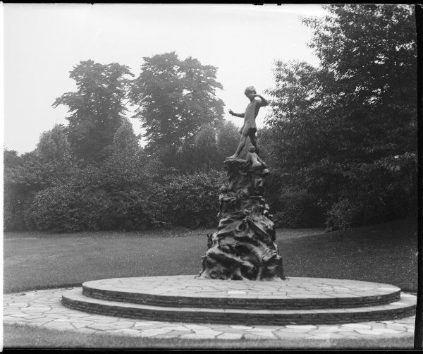 The Peter Pan statue was erected on 1 May 1912 in Kensington Gardens and sculpted by George Frampton. Peter Pan entered London along the Serpentine in the story