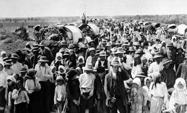 An exodus of Polish peasants from the Warsaw area of Poland. Around 10 million refugees accompanied the Russian army as it retreated through Galicia and Poland following the German breakthrough of the Eastern front at Gorlice in May 1915