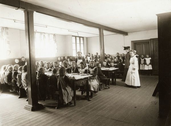 Poor children are served free meal at the refectory of Albano school, Landskrona, 1906. Date: 1906
