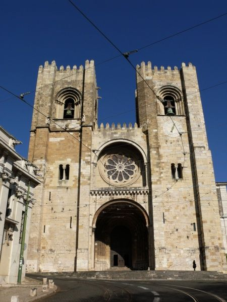 Portugal, Lisbon, Alfama: Cathedral S頨1344 AD) Date: 2010