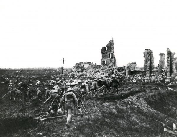 Portuguese infantry reinforcing a position near La Couture, northern France, during the First World War. Date: 1917-1918