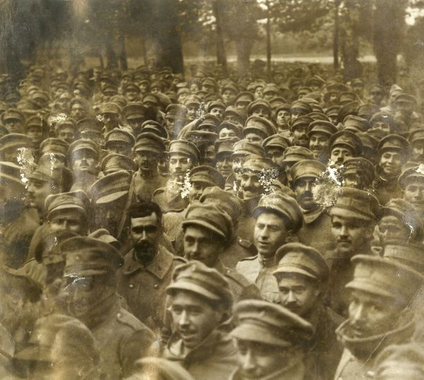 A large group of Portuguese soldiers in a park during the First World War. Date: 1916-1918