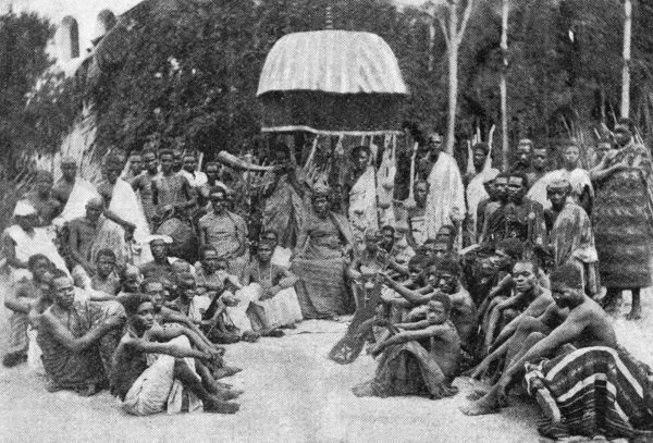 Otumfuo Nana Prempeh I (1870-1931), (Kwaku Dua III Asamu), with his court - an Asantehene ruler of the Oyoko Abohyen Dynasty of the Akan state of Ashanti. Date: 1900
