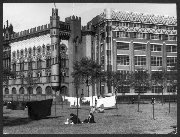 The only public laundry 'Drying Ground' in Scotland, on Glasgow Green. Behind is the John Templeton carpet factory, designed after the Doge's Palace, Venice