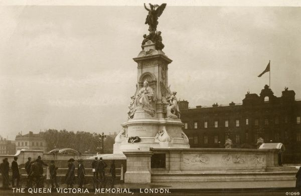 View of the Queen Victoria Memorial, in front of Buckingham Palace, London. It was completed in 1914. Date: circa 1910s