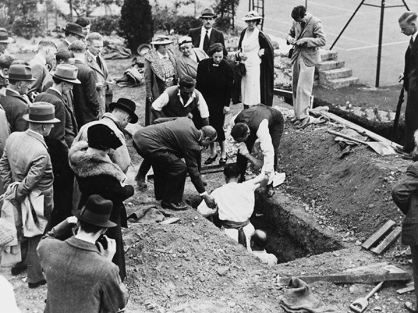 RAHMAN BEY, self-styled Egyptian fakir, is buried alive at Carshalton, under the control of Harry Price : he is helped out of his 'grave&#39
