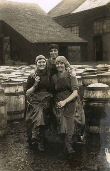 3 smiling Scotch fisher girls at Great Yarmouth. Date: circa 1915